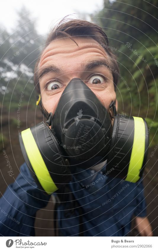 Gasmaske maskulin Junger Mann Jugendliche Gesicht Aggression Umwelt Umweltverschmutzung Luftverschmutzung atmen Atemschutzmaske Maske Blick in die Kamera Schutz