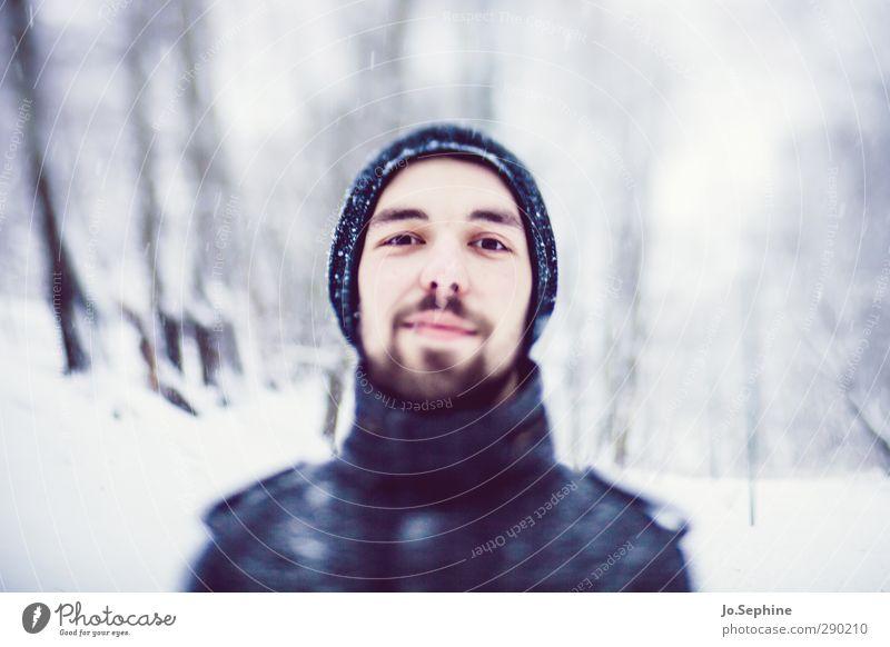 fever dream Lifestyle Winter Mensch maskulin Junger Mann Jugendliche 1 18-30 Jahre Erwachsene Mütze Lächeln authentisch Fröhlichkeit Glück positiv blau