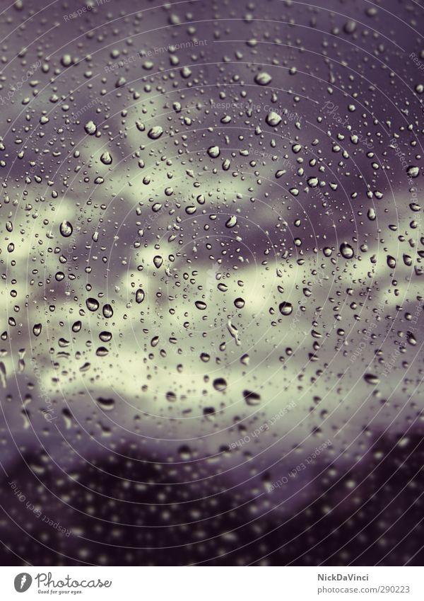 Rainy days Glas Tropfen bedrohlich dunkel nass trist Umwelt Regenwasser Wassertropfen Wolken Wolkenhimmel Sonnenlicht feucht Makroaufnahme