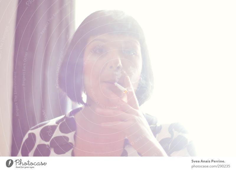 sonnentanz. feminin Frau Erwachsene Haare & Frisuren Gesicht 1 Mensch 30-45 Jahre Mode Kleid schwarzhaarig brünett kurzhaarig Rauchen Traurigkeit Wärme