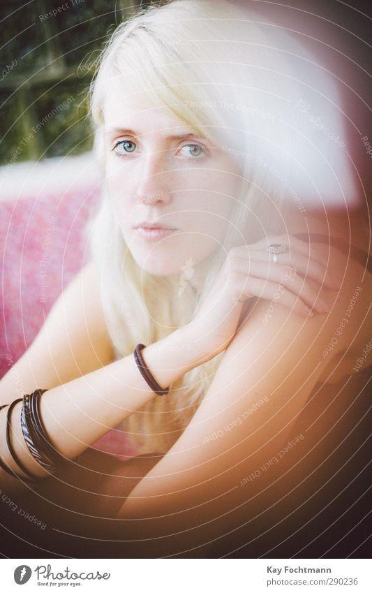 ° feminin Junge Frau Jugendliche Erwachsene 1 Mensch 18-30 Jahre Accessoire Schmuck Ring Armreif blond langhaarig Scheitel schön natürlich dünn Gefühle