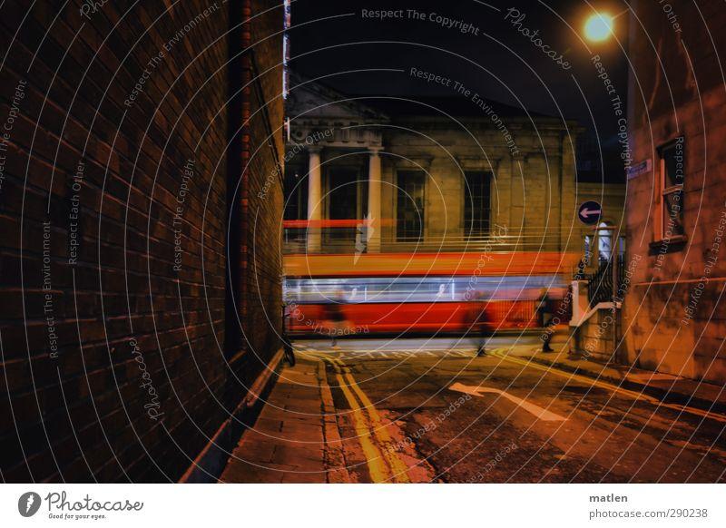 Nachtexpress Mensch Stadt rot schwarz Haus Wand Straße Mauer braun fahren Bauwerk Bus Hauptstadt Fußgänger Straßenkreuzung Verkehrsmittel