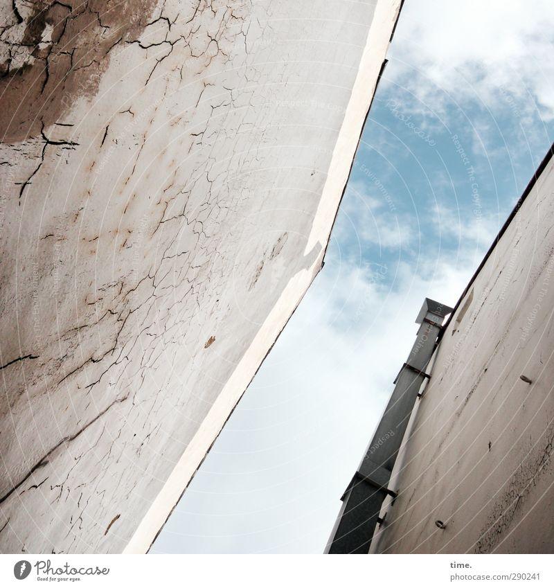 Feuchtgebiet Himmel Stadt Wolken Haus nackt Wand Senior Mauer Horizont Fassade Schönes Wetter trist kaputt Wandel & Veränderung bedrohlich Vergänglichkeit