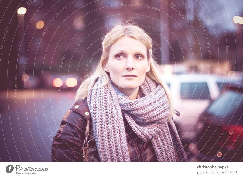 urban Mensch Frau Jugendliche Stadt schön Erwachsene Junge Frau feminin 18-30 Jahre Stil PKW blond Bekleidung Laterne Stadtzentrum Parkplatz