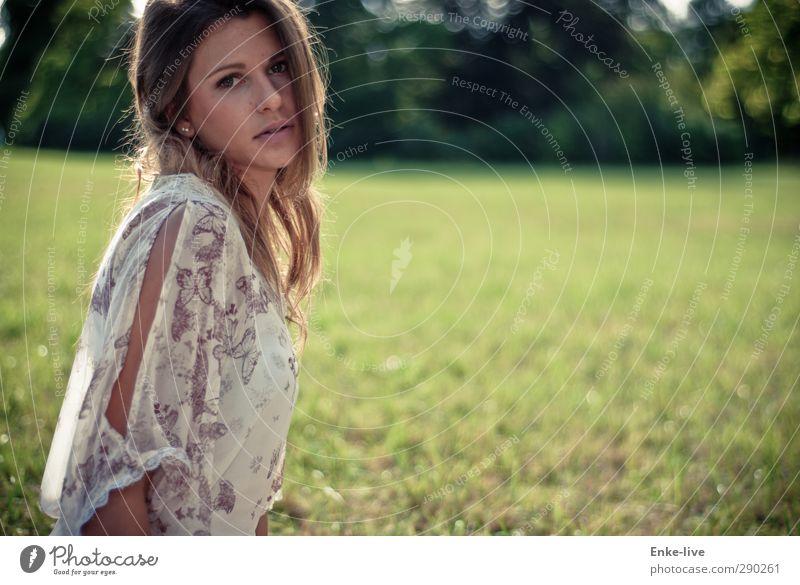 ... elegant Stil Design schön Körperpflege Leben harmonisch Erholung Mensch feminin Junge Frau Jugendliche 1 18-30 Jahre Erwachsene Natur Park Wiese brünett