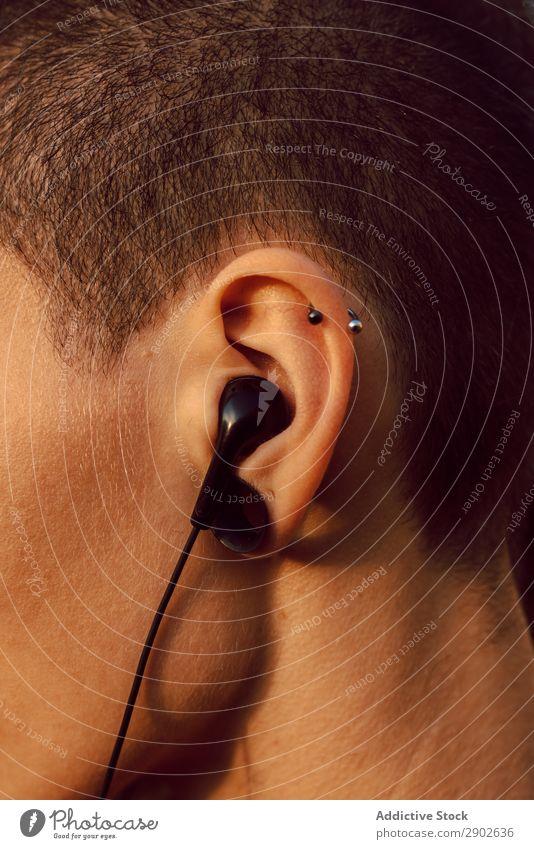 Person mit Piercing und Kopfhörer Schickimicki Ohr Jugendliche Musik Stil genießen Model Freude Klang singen Mobile Gerät brünett Haut kurzhaarig Coolness