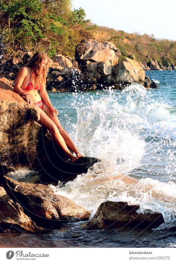 Beach girl Mensch Kind Jugendliche schön Meer Strand Erwachsene 18-30 Jahre Erotik feminin Schwimmen & Baden Stein springen Felsen Körper wild