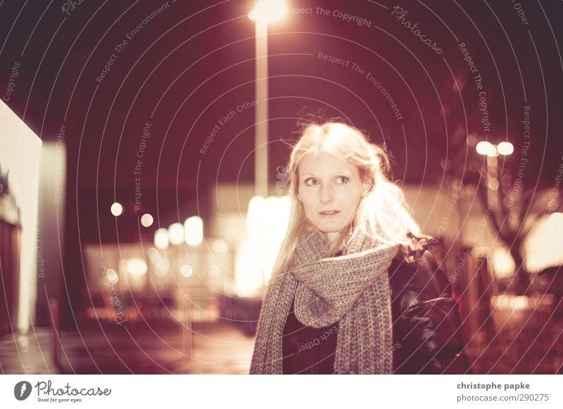 parkplatz Lifestyle feminin Junge Frau Jugendliche Erwachsene 1 Mensch 18-30 Jahre 30-45 Jahre Stadt Stadtzentrum Fußgängerzone Menschenleer Straße Schal blond