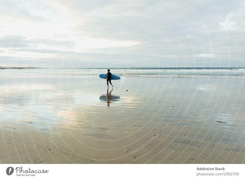 Person mit Surfbrett zu Fuß am Meer Mensch Sand nass laufen Wolken Himmel Lanzarote Spanien Ferien & Urlaub & Reisen Ausflug Freizeit & Hobby Erholung Strand
