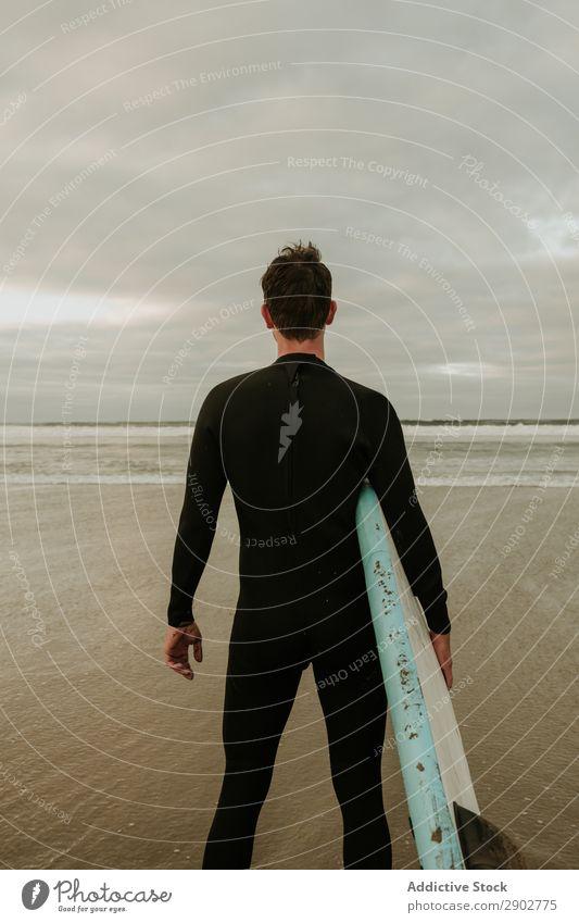 Person mit Surfbrett am Meer stehend Mensch Sand nass Wolken Himmel Lanzarote Spanien Ferien & Urlaub & Reisen Ausflug Freizeit & Hobby Erholung Strand Wellen