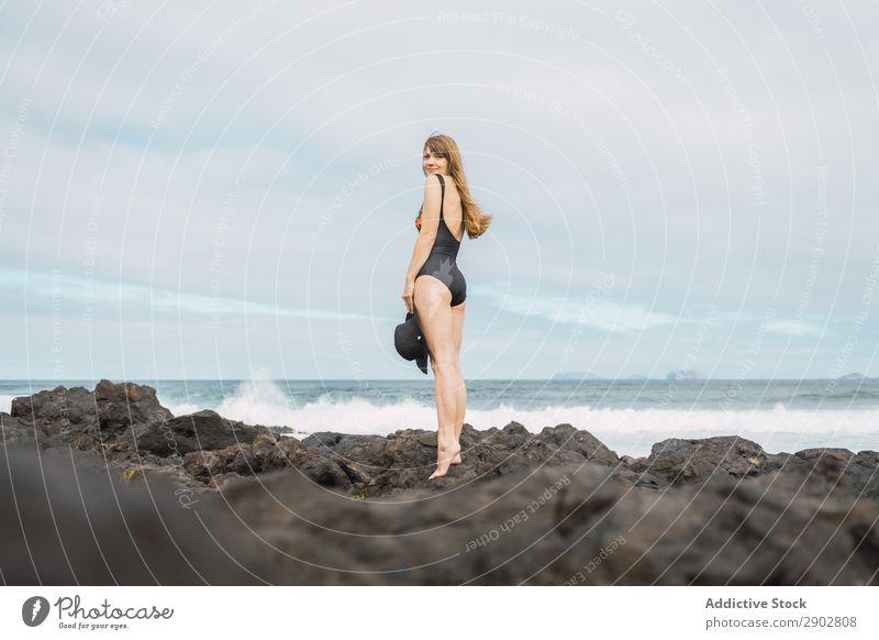 Sinnliche Frau in der Nähe eines stürmischen Meeres Küste Unwetter Badebekleidung stehen Lanzarote Spanien Freizeit & Hobby Wellen Wolkendecke Himmel Wetter