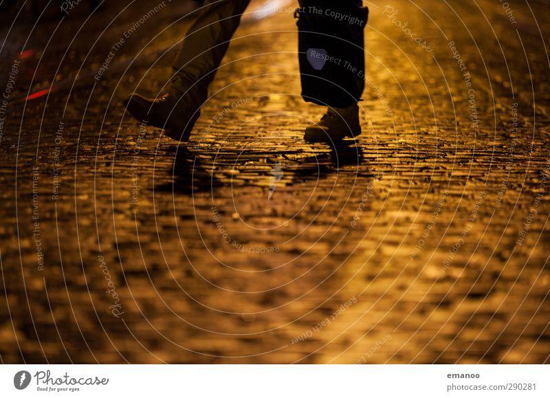 goldener Schritt Lifestyle kaufen Mensch Mann Erwachsene Beine Fuß 1 Stadt Stadtzentrum Altstadt Fußgängerzone Verkehrsmittel Straße Bewegung gehen laufen