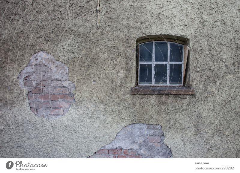 runtergeputzt Dorf Haus Einfamilienhaus Hütte Bauwerk Gebäude Mauer Wand Fassade Fenster Stein Glas alt hässlich trist grau Senior nackt Backstein abgeplatzt