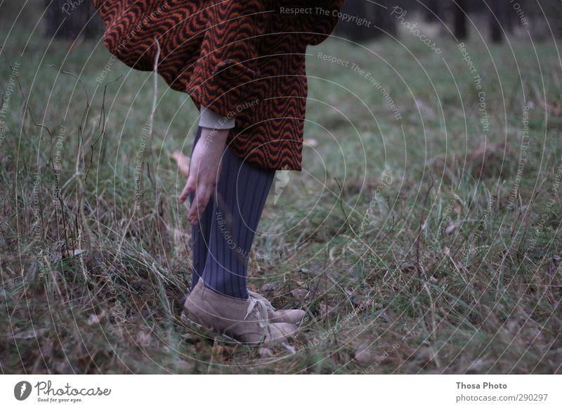 Durch den Wald feminin Junge Frau Jugendliche Natur Bewegung gehen hocken zwicken Schuhe Mantel Strumpfhose grau Hand fuß Beine Farbfoto Außenaufnahme Unschärfe