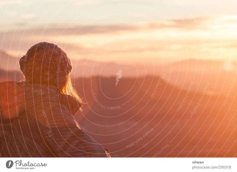 """*bling* - sie wurden """"lens geflaret""""... Mensch Jugendliche rot Winter Erwachsene Junge Frau gelb feminin träumen orange Zufriedenheit stehen Schönes Wetter Perspektive genießen Hügel"""