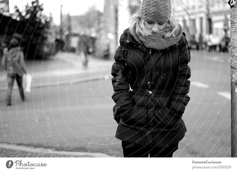 Walking down the street. feminin Junge Frau Jugendliche Erwachsene 1 Mensch 18-30 Jahre Stadt Straße Fußgänger Spaziergang laufen Mantel Daunen Steppmantel