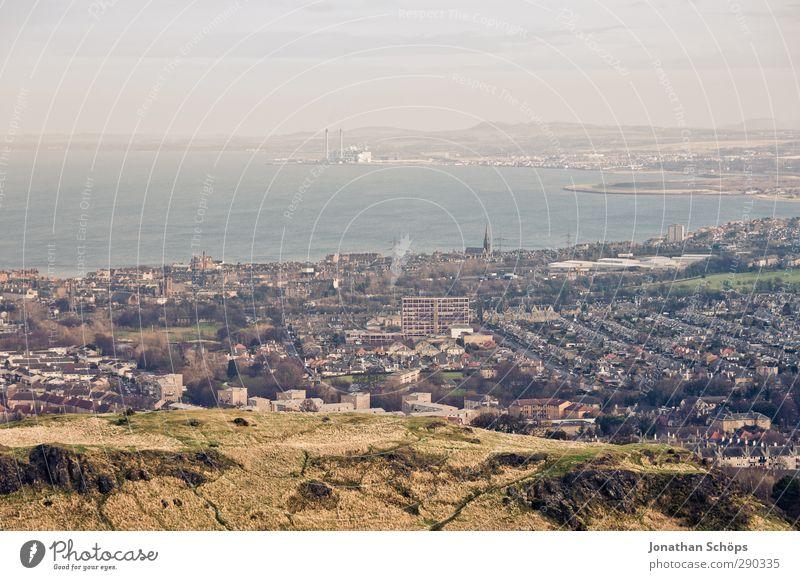 Edinburgh I Himmel Stadt Meer Landschaft Haus Berge u. Gebirge Küste Insel Aussicht Hafen Bucht Nordsee Fernweh Dunst Hauptstadt Höhe