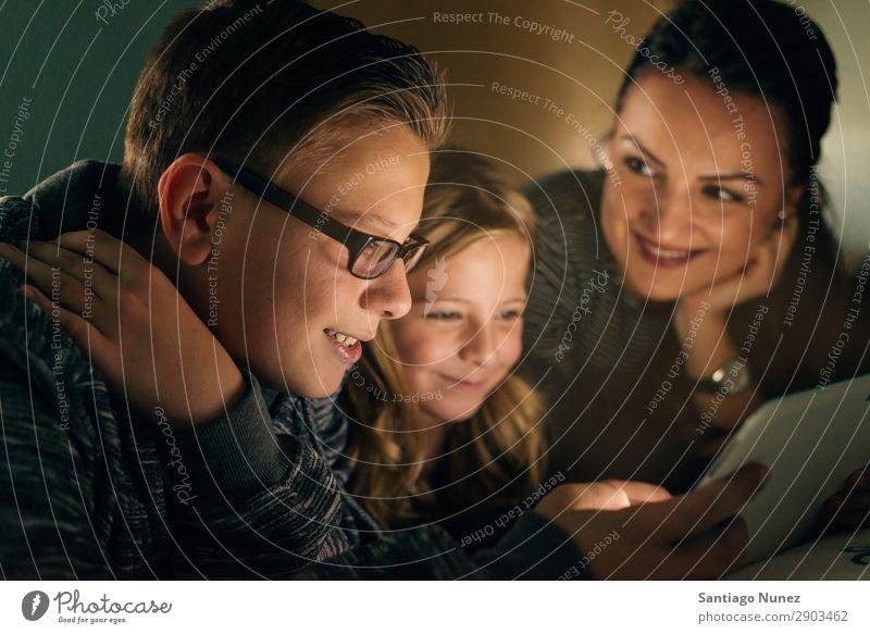 Mutter und ihre Kinder mit digitalem Tablett entspannen zu Hause. Familienkonzept. Tablet Computer Lächeln Spielen Mädchen Junge Familie & Verwandtschaft