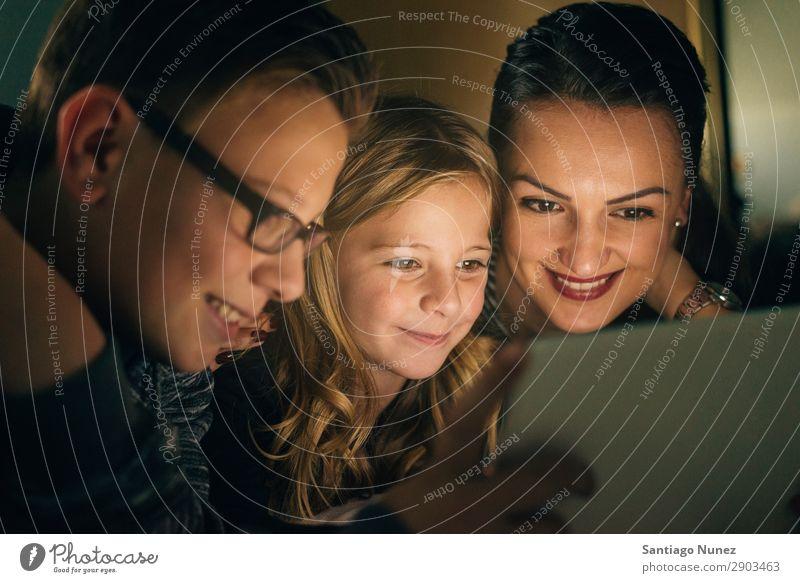 Mutter und ihre Kinder mit digitalem Tablett. Tablet Computer Lächeln Spielen Mädchen Junge Familie & Verwandtschaft Bildung klein Tochter Sohn Zusammensein