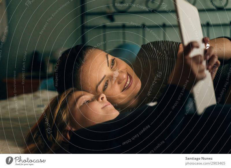 Mutter und Kind mit digitalem Tablett. Tablet Computer Lächeln Spielen Mädchen Familie & Verwandtschaft Bildung klein Tochter Sohn Zusammensein heimwärts 2