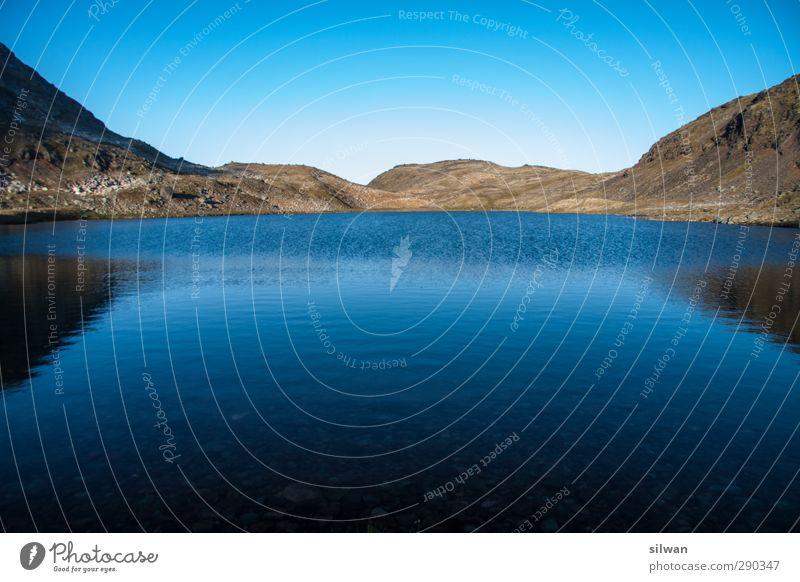 Green(lake)land Abenteuer Expedition Landschaft Wasser Himmel Wolkenloser Himmel Herbst Hügel Felsen Seeufer Erholung frieren ästhetisch Unendlichkeit