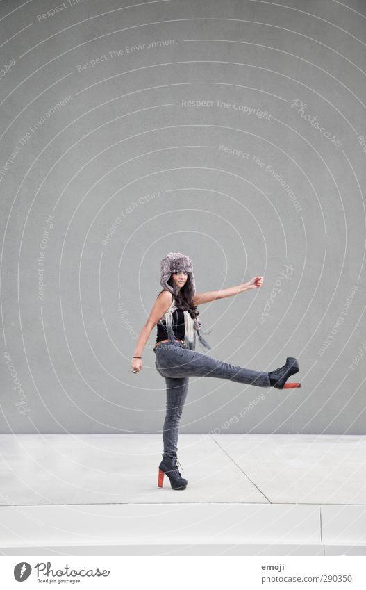 russian feminin Junge Frau Jugendliche 1 Mensch 18-30 Jahre Erwachsene Mode Mütze sportlich trendy einzigartig dünn grau Russisch Soldat Farbfoto