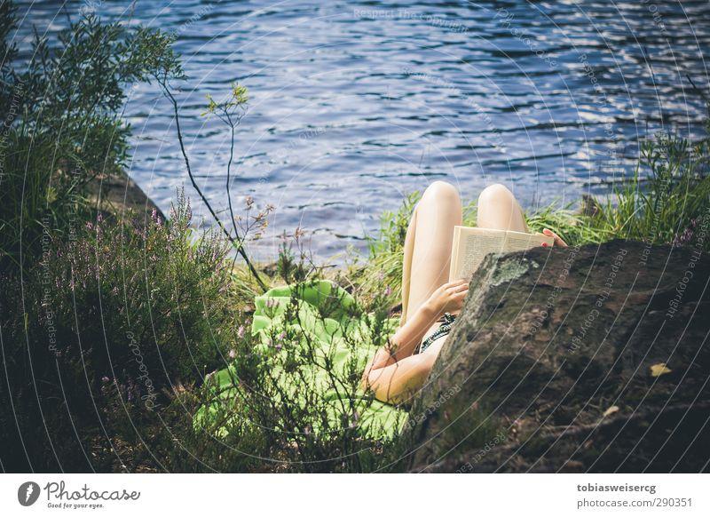 Erwischt! Wohlgefühl Erholung ruhig Ferien & Urlaub & Reisen Freiheit Sommer Mensch feminin Beine 1 18-30 Jahre Jugendliche Erwachsene Buch lesen Natur Wasser