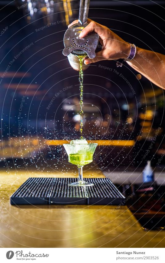 Barmann macht Cocktail im Nachtclub. Hinzufügen Alkohol Barkeeper Getränk Flasche Business Club kochen & garen Theke trinken elegant gutaussehend Beruf Wehen