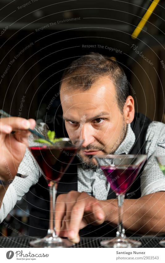Der Barmann macht einen Cocktail. Hinzufügen Alkohol Barkeeper Getränk Flasche Club kochen & garen Theke trinken Beruf Wehen machen Handbuch rühren Mixologe