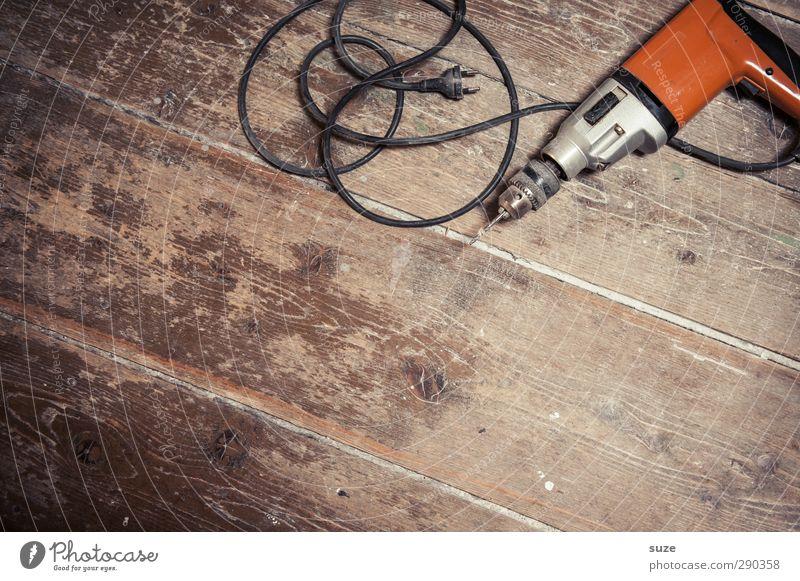 Bohrmaschine alt Holz braun Metall liegen Arbeit & Erwerbstätigkeit orange maskulin dreckig Freizeit & Hobby authentisch Bodenbelag Kabel Baustelle einfach