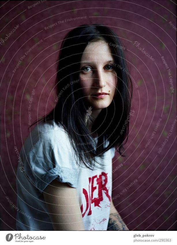 Portrait in redrum. elegant Gesicht Mensch feminin Junge Frau Jugendliche Haare & Frisuren Frauenbrust 1 18-30 Jahre Erwachsene Mode T-Shirt schwarzhaarig