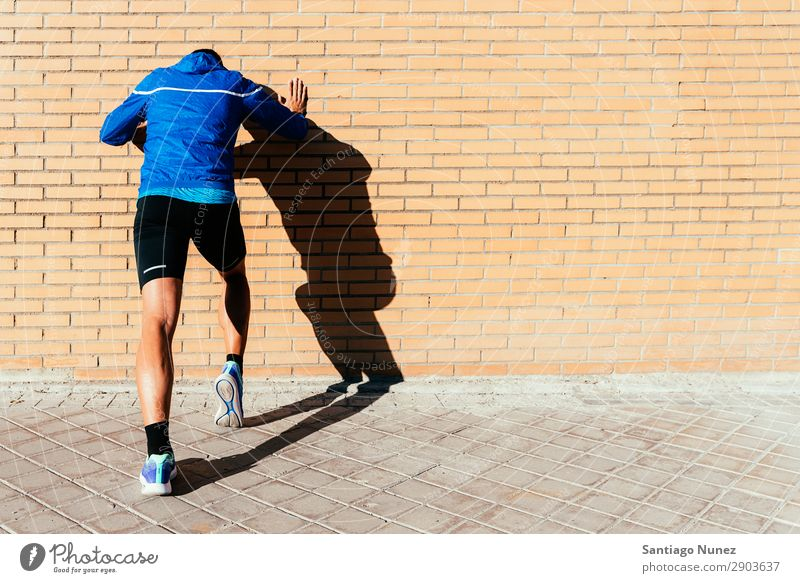 Ein gutaussehender Mann, der in der Stadt herumläuft. Fitness-, Trainings-, Sport- und Lifestyle-Konzept. rennen Joggen Läufer Straße Großstadt Athlet