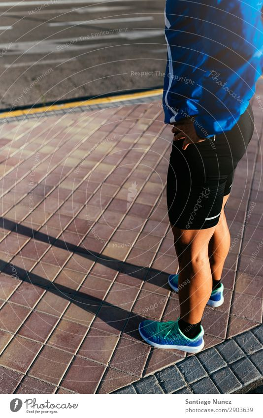 Nahaufnahme der Beine des Läufers in der Stadt. Mann Joggen bereit Pause Kalb Erholung Straße Großstadt Athlet Fitness Lifestyle Jugendliche Aktion Schatten