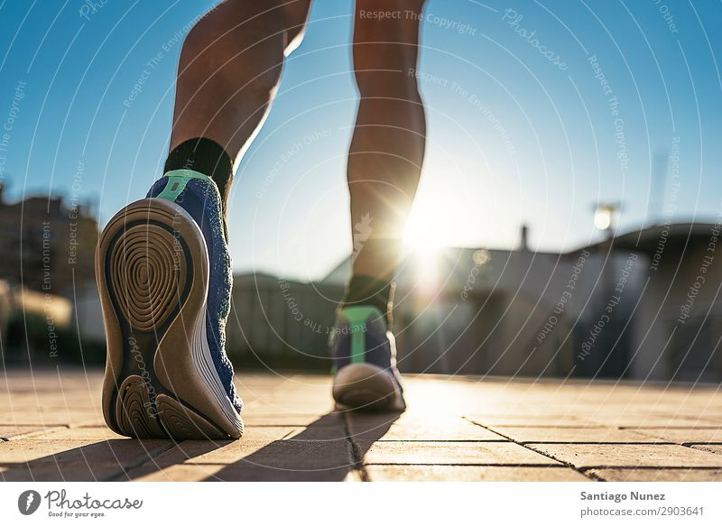 Nahaufnahme der Beine des Läufers in der Stadt. Mann rennen Joggen Kalb Fuß