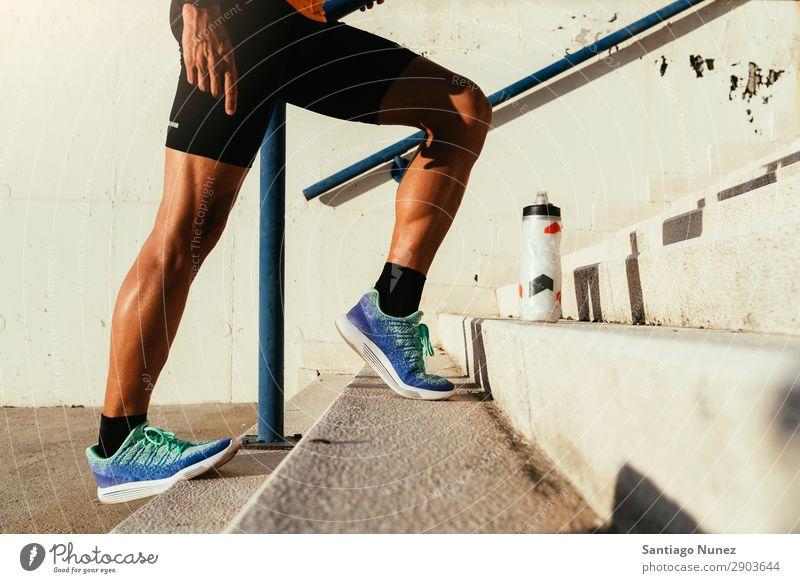 Nahaufnahme der Beine, die sich strecken. Mann Joggen rennen Kalb Muskulatur Läufer Straße Großstadt Athlet Fitness Lifestyle Jugendliche Stadt Pause Aktion
