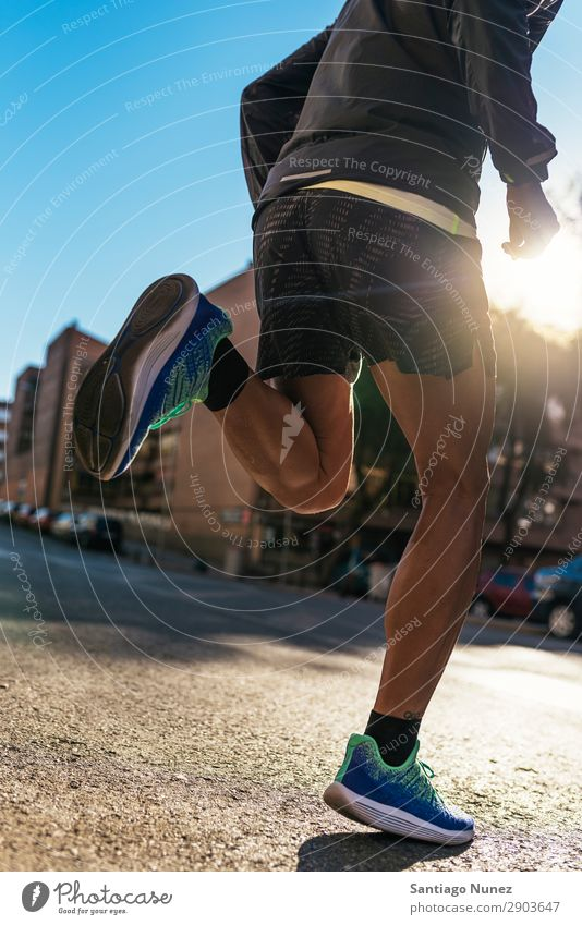 Nahaufnahme der Beine des Läufers in der Stadt. Mann rennen Joggen Kalb Fuß Straße Großstadt Athlet Geschwindigkeit Fitness Lifestyle Jugendliche Aktion