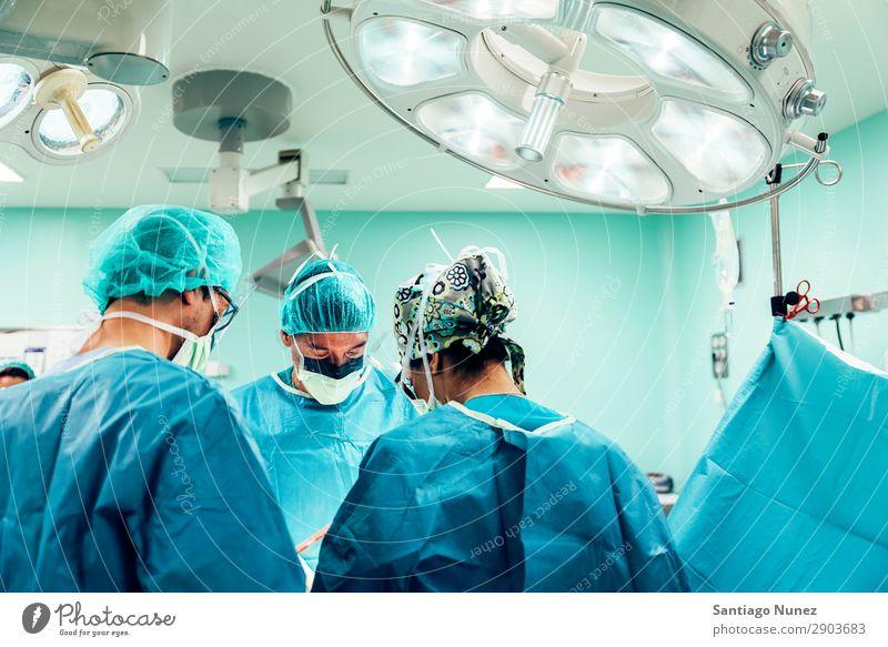 Team von Chirurgen, die im Krankenhaus arbeiten. Operation Chirurgie in Betrieb befindlich chirurgisch Raum Arzt Theater Medikament Arbeit & Erwerbstätigkeit