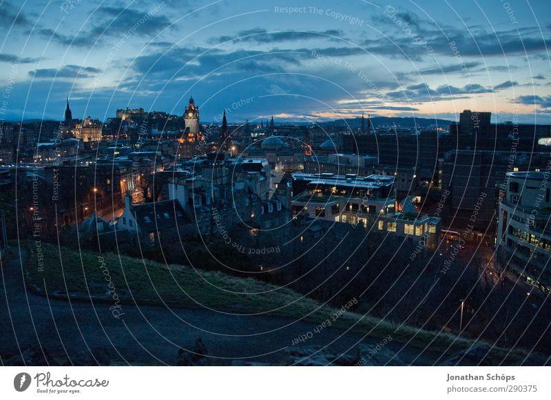 Edinburgh II blau Stadt Haus Ferne dunkel Aussicht Straßenbeleuchtung gruselig Skyline Stadtzentrum Hauptstadt Nachthimmel Hafenstadt spät Schottland