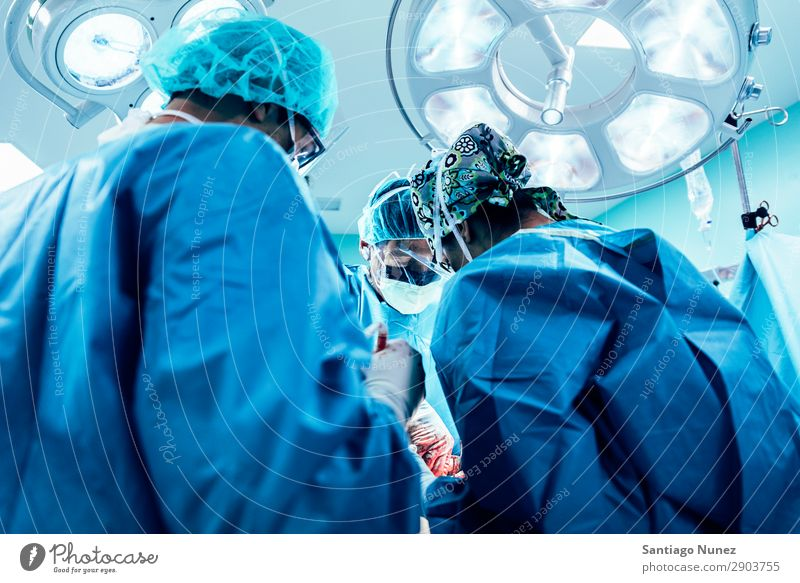 Team von operierenden Chirurgen Operation Chirurgie in Betrieb befindlich chirurgisch Krankenhaus Raum Arzt Theater Medikament Arbeit & Erwerbstätigkeit