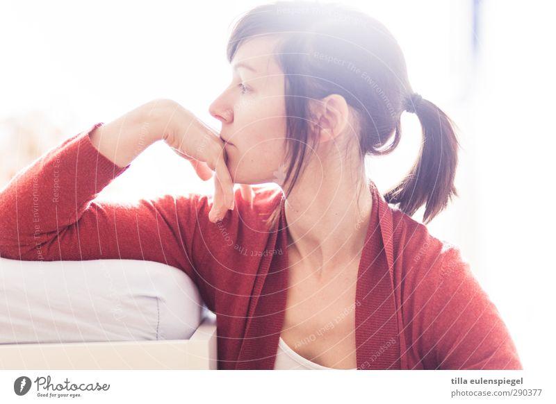 profilfoto. Mensch Frau weiß rot Einsamkeit Erwachsene feminin Gefühle Traurigkeit Denken hell träumen Stimmung nachdenklich beobachten Konzentration