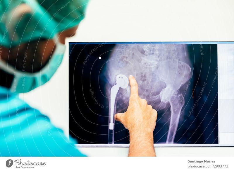 Arzt, der ein Röntgenbild schaut. Rücken Rückgrat Knochen Fürsorge Diagnostik Prüfung & Examen Untersuchen Gesundheit Gesundheitswesen Gesundheitsversorgung