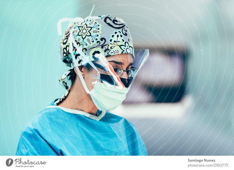 Porträt einer Chirurgin Geselle Hintergrundbild Klinik selbstbewußt Arzt Frau Mädchen Gesundheit Gesundheitswesen Krankenhaus vereinzelt Beruf Labor Maske