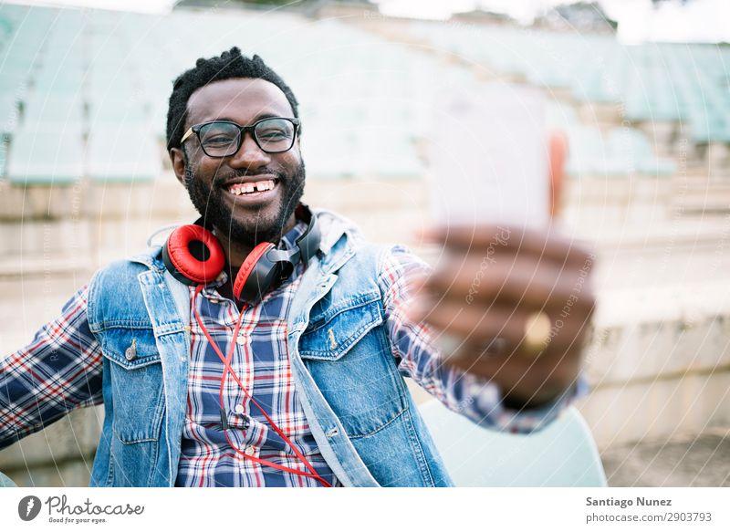 Ein amerikanischer Mann, der ein Handy auf der Straße benutzt. Telefon Stadt Afrikanisch schwarz Amerikaner