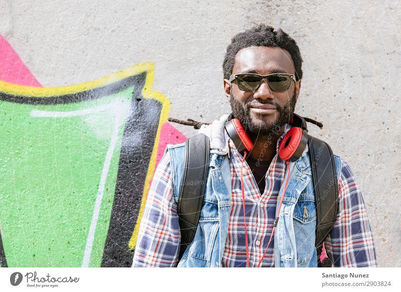 Porträt eines schwarzen Mannes, der lächelt. Erwachsene Afrikanisch Afro-Look Amerikaner attraktiv Hintergrundbild Kopfhörer lässig Coolness Ausdruck Gesicht