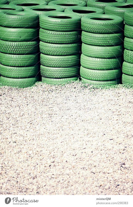 Reifenstapel. Verkehr ästhetisch Rennbahn Rennsport Unfall Sicherheit Stapel Geschwindigkeit Geschwindigkeitsrausch grün Formel 1 Kies Kieselsteine Kiesbett
