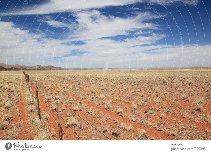 Namib Wüstenrand Landschaft Erde Sand Himmel Wolken Horizont Sommer rot blau Ferne Natur Afrika Namibia Zaun menschenleer Gras Ewigkeit Tirasberge