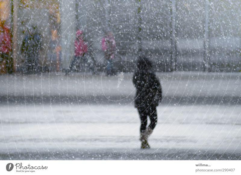 Flockenwirbel in der Stadt Schneeflocke Winter Schneefall Straße kalt Mensch Mädchen Streetlife Stadtleben Kapuzenjacke frieren Frau winterlich Schneegestöber
