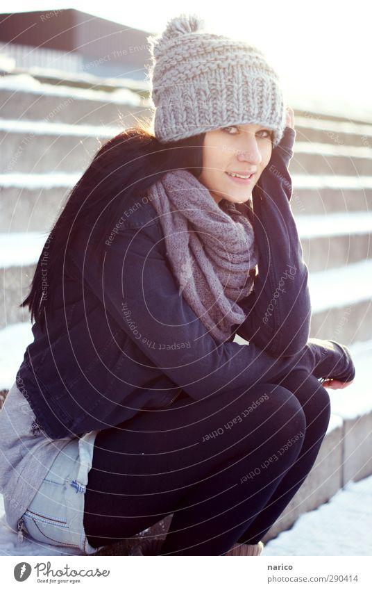 snow white III Lifestyle feminin Junge Frau Jugendliche Erwachsene 1 Mensch 18-30 Jahre Treppe Mode Jeanshose Jacke Strumpfhose Schal Mütze schwarzhaarig