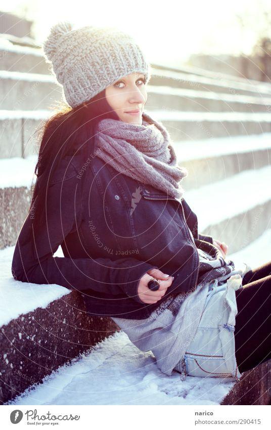 snow white IV Lifestyle feminin Junge Frau Jugendliche Erwachsene 1 Mensch 18-30 Jahre Winter Treppe Jeanshose Jacke Strumpfhose Schal Mütze schwarzhaarig