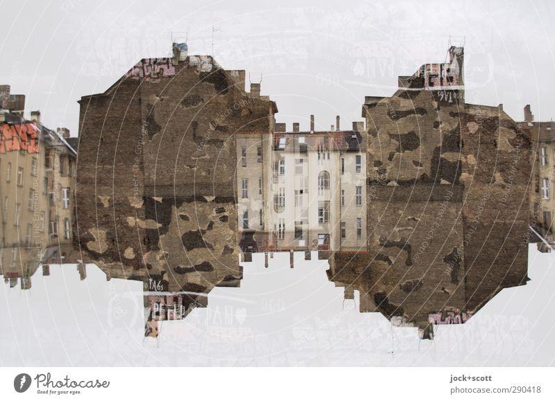 Alles Gute kommt von oben Stadt Haus Winter Graffiti außergewöhnlich Fassade Zufriedenheit verrückt Vergänglichkeit Streifen historisch Backstein Irritation